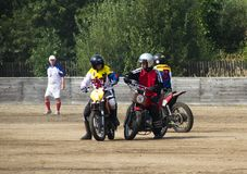 BOBRUISK, BIELORRÚSSIA - 8 de setembro de 2018: Motoball, indivíduos novos joga motocicletas no motoball, competições Imagem de Stock
