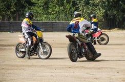 BOBRUISK, BIELORRÚSSIA - 8 de setembro de 2018: Motoball, indivíduos novos joga motocicletas no motoball, competições Imagens de Stock