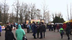 Bobruisk, Bielorrusia 03 09 19: Celebración del carnaval Maslenitsa en el Central Park Festival tradicional eslavo del este almacen de video