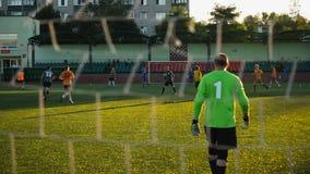 Bobruisk, Bielorrusia - 9 de agosto de 2017: partido de fútbol entre los equipos aficionados metrajes