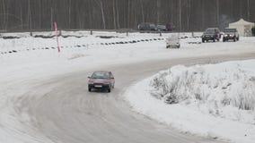 BOBRUISK, BIELORRUSIA 2 DE FEBRERO DE 2019: Carreras de coches en pista nevada TANGO DEL INVIERNO almacen de metraje de vídeo