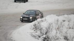 BOBRUISK, BIELORRUSIA 2 DE FEBRERO DE 2019: Carreras de coches en pista nevada TANGO DEL INVIERNO almacen de video