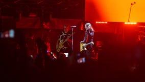 Bobruisk, Bielorrusia - 6 de julio de 2018: el guitarrista Alexandr Uman se realiza en etapa durante el concierto de la banda Bi- almacen de metraje de vídeo