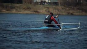 Bobruisk, Bielorrusia - 11 de mayo de 2019: Atleta que rema en el río en una canoa El remar, canoeing, batiéndose Entrenamiento k almacen de metraje de vídeo