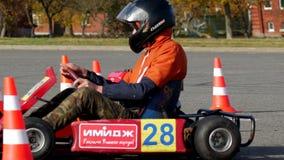 Bobruisk, Bielorrusia - 21 de octubre de 2018: Competencias en karting entre los hombres jovenes por una época, compitiendo con k metrajes