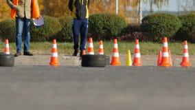 Bobruisk, Bielorrusia - 21 de octubre de 2018: Competencias de Karting entre los muchachos, kart que compite con, lento-MES metrajes
