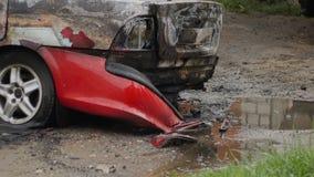 Bobruisk, Bielorussia - 25 luglio 2018: Automobile bruciata dopo l'azione terroristica archivi video