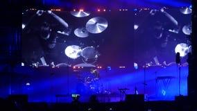 Bobruisk, Bielorussia - 6 luglio 2018: gioco solo del batterista durante il concerto della banda Bi-2 al fest B2 stock footage