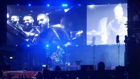 Bobruisk, Bielorussia - 6 luglio 2018: gioco solo del batterista durante il concerto della banda Bi-2 al fest B2 video d archivio