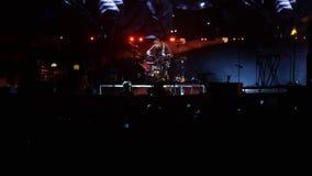 Bobruisk, Bielorussia - 6 luglio 2018: gioco solo del batterista durante il concerto della banda Bi-2 al fest B2 archivi video