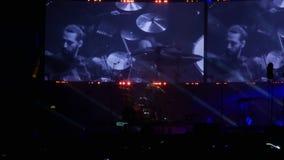 Bobruisk, Bielorussia - 6 luglio 2018: gioco solo del batterista durante il concerto della banda Bi-2 B2 al fest, video preso con video d archivio
