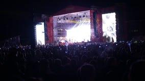 Bobruisk, Bielorussia - 6 luglio 2018: una folla della gente guarda in scena durante il concerto della banda Bi-2 B2 al fest, vid stock footage