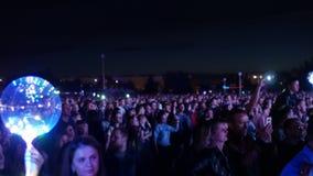 Bobruisk, Bielorussia - 6 luglio 2018: una folla della gente guarda in scena durante il concerto della banda Bi-2 B2 al fest, vid video d archivio