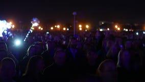 Bobruisk, Bielorussia - 6 luglio 2018: una folla della gente guarda in scena durante il concerto della banda Bi-2 B2 al fest, vid archivi video