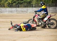 BOBRUISK, BIELORUSSIA - 8 settembre 2018: Motoball, giovani tipi gioca i motocicli nel motoball, concorsi, caduta, lesione immagine stock libera da diritti