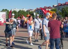 Bobruisk Bielorussia 06 03 2019: Un uomo porta una torcia con la fiamma olimpica ai giochi europei nel 2019 fotografie stock libere da diritti