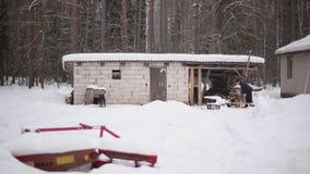 Bobruisk Vitryssland - Januari 12, 2019: Vuxen man som hugger av trä på den snöig gården för ett hus Vinterbygd by lager videofilmer