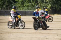 BOBRUISK VITRYSSLAND - September 8, 2018: Motoball unga grabbar spelar motorcyklar i motoball, konkurrenser arkivbilder