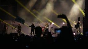 Bobruisk, Weißrussland - 6. Juli 2018: Sänger und Gitarrist Egor Bortnik und Gitarrist Alexandr Uman führen am Stadium durch stock footage
