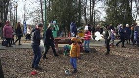BOBRUISK, WEISSRUSSLAND 03 09 19: Kinder nehmen am Wettbewerb während der Feier des Karnevals im Park teil klein stock footage