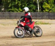 BOBRUISK, WEISSRUSSLAND - 8. September 2018: Motoball, junge Kerle spielen Motorräder im motoball, Wettbewerbe stockbilder