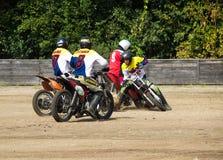 BOBRUISK, WEISSRUSSLAND - 8. September 2018: Motoball, junge Kerle spielen Motorräder im motoball, Wettbewerbe stockfotos