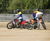 BOBRUISK, WEISSRUSSLAND - 8. September 2018: Motoball, junge Kerle spielen Motorräder im motoball, Wettbewerbe lizenzfreie stockfotografie