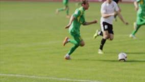 Bobruisk, Wit-Rusland - April 21, 2017: De Fotballspeler slaat ruwweg de tegenstander Harde speler aanpakkend de tegenstander rec stock video