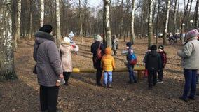 BOBRUISK, WIT-RUSLAND 03 09 19: De jonge kinderen bestrijden met hoofdkussens op login het park in de lente Klein jonge geitjessp stock footage