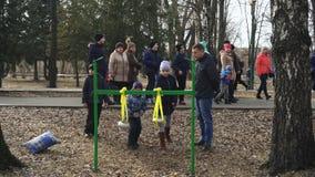 BOBRUISK, WIT-RUSLAND 03 09 19: De mensen vieren de pannekoekweek in het park De kinderen spelen met pot De jonge geitjes werpen  stock footage