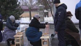 BOBRUISK, WIT-RUSLAND - JANUARI 19, 2019: De viering van doopsel in de kerk, mensen verzamelt wijwater in de tempel, stock videobeelden