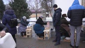 BOBRUISK, WIT-RUSLAND - JANUARI 19, 2019: De viering van doopsel in de kerk, mensen verzamelt wijwater in de tempel, stock footage