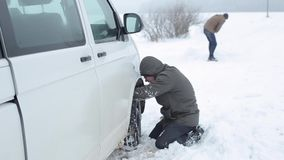 Bobruisk, Wit-Rusland - Januari 12, 2019: De winter, mensen en het concept van het autoprobleem Auto die in de sneeuw wordt gepla stock video