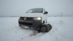 Bobruisk, Wit-Rusland - Januari 12, 2019: De winter, mensen en het concept van het autoprobleem Auto die in de sneeuw wordt gepla stock videobeelden