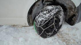 Bobruisk, Wit-Rusland - Januari 12, 2019: ketting op het wiel De winter, mensen en het concept van het autoprobleem Auto die in d stock footage