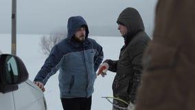 Bobruisk, Wit-Rusland - Januari 12, 2019: Twee manwith Gebroken auto's die zich op de de winterweg bevinden Bestuurders nabijgele stock videobeelden