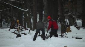 Bobruisk, Wit-Rusland - Januari 12, 2019: Twee mensen die in platteland werken dorp Land Bloem in de sneeuw Straat in de sneeuw stock video