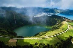 Boca做地域观点、Lagoa Verde和Lagoa Azul - Sete Cidades火山的火山口的湖在圣米格尔火山海岛上 免版税图库摄影