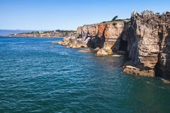 boca执行地域 美好的峭壁日横向海边夏天 cascais葡萄牙 库存图片