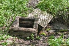 Boca abandonada vieja bien en el bosque Imágenes de archivo libres de regalías