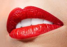 Boca abierta sensual con el lápiz labial rojo Fotos de archivo