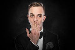 Boca assustado da coberta da mão do homem foto de stock royalty free
