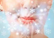 Boca bonita da mulher que funde a brisa fria Fotografia de Stock Royalty Free