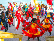 Boca Chica dominikan Repablic - Februari 12, 2013: Invånarefolket firar karibisk karneval arkivfoto