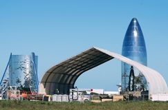 Boca Chica Village, le Texas/Etats-Unis - 20 janvier 2019 : La fusée de vol de test de Starship a juste fini l'assemblée au @Spac photographie stock libre de droits