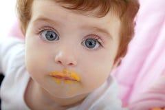 Boca da deidade do bebê de comer o papa de aveia Foto de Stock