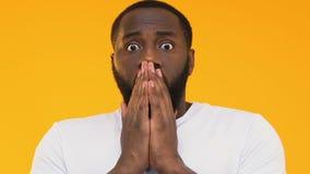 Boca de cierre impresionada con las manos, chisme increíble del hombre afroamericano almacen de metraje de vídeo