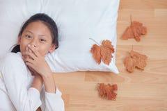 Boca de griterío sorprendida de la cubierta de la muchacha sus manos En ingenio de la mañana Imagen de archivo