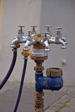 Boca de incêndio com água-torneiras Fotos de Stock Royalty Free