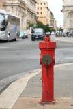 A boca de incêndio de fogo na rua Imagens de Stock Royalty Free